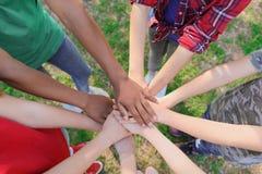 Groupe d'enfants remontant des mains dehors Images stock