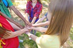 Groupe d'enfants remontant des mains dehors Photos stock
