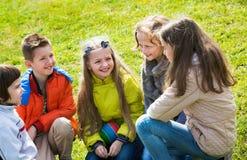 Groupe d'enfants riant au printemps le parc Photos libres de droits
