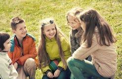 Groupe d'enfants riant au printemps le parc Image libre de droits