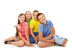 Groupe d'enfants s'asseyant d'isolement Photo stock