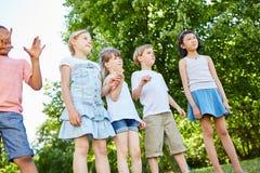Groupe d'enfants se tenant avec l'anticipation photographie stock libre de droits