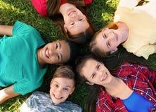 Groupe d'enfants se trouvant sur l'herbe, vue supérieure Photographie stock libre de droits
