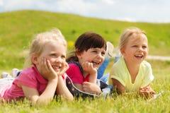 Groupe d'enfants se trouvant sur la couverture ou la couverture dehors Images stock