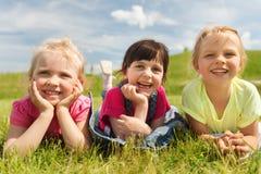 Groupe d'enfants se trouvant sur la couverture ou la couverture dehors Image libre de droits