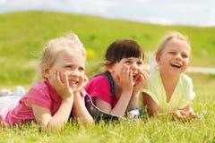 Groupe d'enfants se trouvant sur la couverture ou la couverture dehors Photo libre de droits