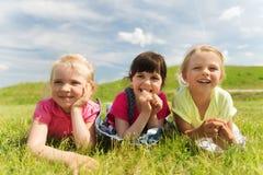 Groupe d'enfants se trouvant sur la couverture ou la couverture dehors Images libres de droits