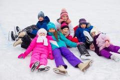 Groupe d'enfants se trouvant sur la glace Image stock