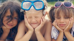 Groupe d'enfants se trouvant sur la plage en été Photographie stock libre de droits