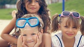 Groupe d'enfants se trouvant sur la plage pendant l'été et le sourire Image libre de droits