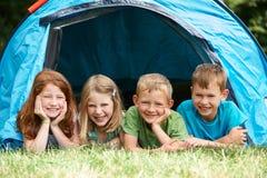 Groupe d'enfants sur des vacances en camping ensemble Photo libre de droits