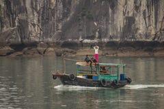 Groupe d'enfants sur le bateau, Halong, Vietnam Photos stock