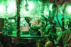Groupe d'enfants sur une voiture pendant la célébration de deuil Images libres de droits