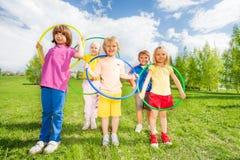 Groupe d'enfants tenant des cercles de danse polynésienne en parc Photo stock