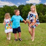 Groupe d'enfants tenant des mains tout en marchant Image libre de droits