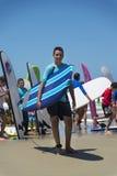 Groupe d'enfants tenant la planche de surf sur la plage Image libre de droits