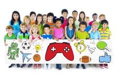 Groupe d'enfants tenant le conseil avec le symbole d'activités Photo stock