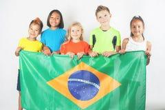 Groupe d'enfants tenant un drapeau du Brésil Photographie stock libre de droits