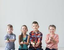 Groupe d'enfants tenant une poignée de sol avec l'usine Images stock