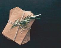 Groupe d'enveloppes et de branche d'olivier image libre de droits
