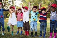 Groupe d'excursions sur le terrain d'école d'enfants apprenant dehors le parc botanique photographie stock libre de droits