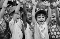 Groupe d'excursions sur le terrain d'école d'enfants apprenant dehors le smilin actif image libre de droits
