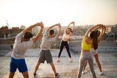 Groupe d'exercice convenable heureux d'amis ext?rieur dans la ville photographie stock libre de droits