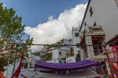Groupe d'hamacs sur une rue dans un village de l'Alpujarra, station thermale Images libres de droits