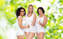 Groupe d'heureux plus des femmes de taille montrant des pouces  Photos libres de droits