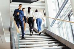 Groupe d'homme d'affaires marchant et prenant des escaliers Image libre de droits