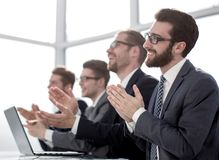 Groupe d'hommes d'affaires applaudissant la séance à son bureau images libres de droits