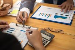 Groupe d'hommes d'affaires discutant avec analyser le rapport financier de données au bureau sur la réunion mensuelle Concept de  photographie stock