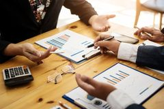 Groupe d'hommes d'affaires discutant avec analyser le rapport financier de données au bureau sur la réunion mensuelle Concept de  photo stock