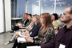 Groupe d'hommes d'affaires lors d'un séminaire dans le bureau moderne photo libre de droits