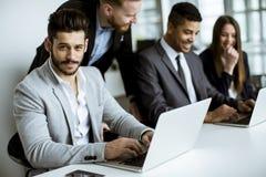 Groupe d'hommes d'affaires partageant leurs idées dans le bureau photos stock