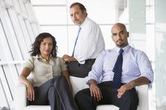 Groupe d'hommes d'affaires dans l'entrée photos libres de droits