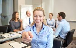 Groupe d'hommes d'affaires de sourire se réunissant dans le bureau Image stock
