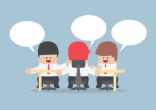 Groupe d'hommes d'affaires faisant un brainstorm ensemble à la table de conférence Photo libre de droits