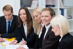 Groupe d'hommes d'affaires lors d'une réunion Photo libre de droits