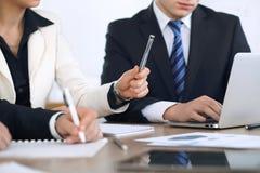 Groupe d'hommes d'affaires ou d'avocats discutant des papiers de contrat et chiffres financiers tout en se reposant à la table Pl Photographie stock