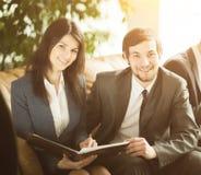 groupe d'hommes d'affaires réussis Plans importants de discussion photographie stock
