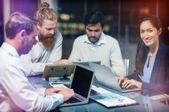 Groupe d'hommes d'affaires travaillant au-dessus du comprimé numérique et de l'ordinateur portable Photo stock