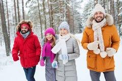 Groupe d'hommes et de femmes de sourire dans la forêt d'hiver Photos stock
