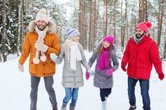 Groupe d'hommes et de femmes de sourire dans la forêt d'hiver Photo libre de droits