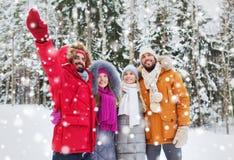 Groupe d'hommes et de femmes de sourire dans la forêt d'hiver Images stock