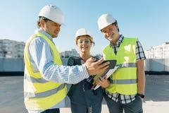Groupe d'ingénieurs, constructeurs, architectes sur le chantier Concept de construction, de développement, de travail d'équipe et photographie stock libre de droits