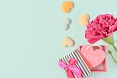Groupe d'oeillet de jour du ` s de mère de mai de bouquet de fleurs avec la vue supérieure de cadeau d'amour, vide pour le texte Photos libres de droits