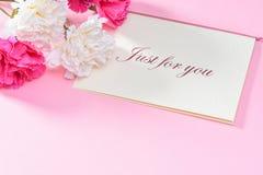 Groupe d'oeillet de jour du ` s de mère de mai de bouquet de fleurs avec la vue supérieure de carte cadeaux, vide pour le texte Photos stock