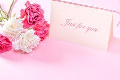Groupe d'oeillet de jour du ` s de mère de mai de bouquet de fleurs avec la vue supérieure de carte cadeaux, vide pour le texte Images libres de droits