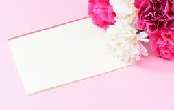Groupe d'oeillet de jour du ` s de mère de mai de bouquet de fleurs avec la vue supérieure de carte cadeaux, vide pour le texte Photo stock
